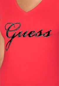 Guess - SLIM FIT - T-Shirt print - tomato juice - 4