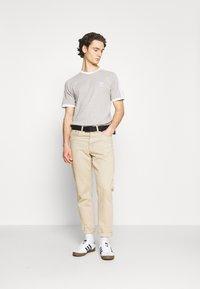 adidas Originals - STRIPES TEE - T-shirt med print - medium grey heather - 1