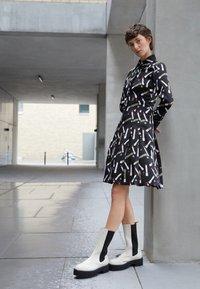 Victoria Victoria Beckham - PLEATED SHIRT DRESS - Shirt dress - black/multi - 2
