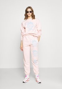 NEW girl ORDER - WORLDWIDE JOGGERS CO-ORD - Pantalones deportivos - pink - 1