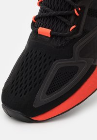 adidas Originals - ZX 2K BOOST UNISEX - Sneakers basse - core black/solar red - 5