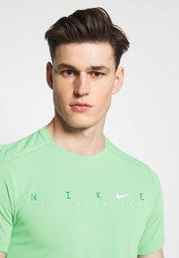 Nike Performance - DRY MILER - Camiseta estampada - silver pine - 3