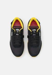 Puma - FUTURE RIDER PEANUTS UNISEX - Sneakers basse - black/white/high risk red - 3