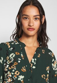Vero Moda - VMAYA NECK DRESS - Blusenkleid - pine grove - 3
