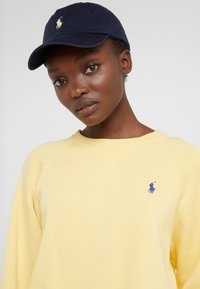 Polo Ralph Lauren - CLASSIC SPORT - Cap - relay blue/yellow