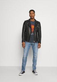 Carhartt WIP - REBEL PANT SPICER - Slim fit jeans - blue mid used wash - 1