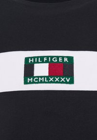 Tommy Hilfiger - NEW SMALL LOGO TEE - T-shirt med print - desert sky - 6