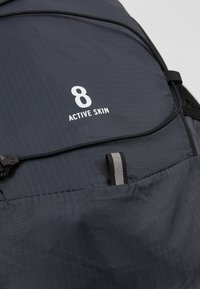 Salomon - ACTIVE SKIN - Turistický ruksak s hydrovakem - ebony/black - 2