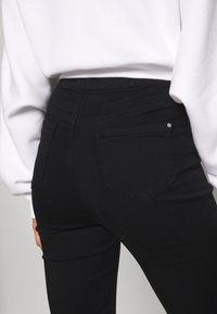 Missguided - VICE HIGHWAISTED SLASH KNEE - Jeans Skinny Fit - black - 4