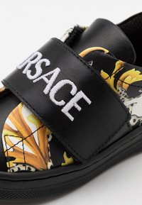 Versace - UNISEX - Baskets basses - black/gold/white - 5