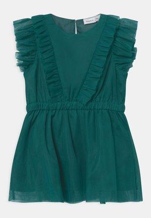 NKFOYA DRESS - Koktejlové šaty/ šaty na párty - bayberry