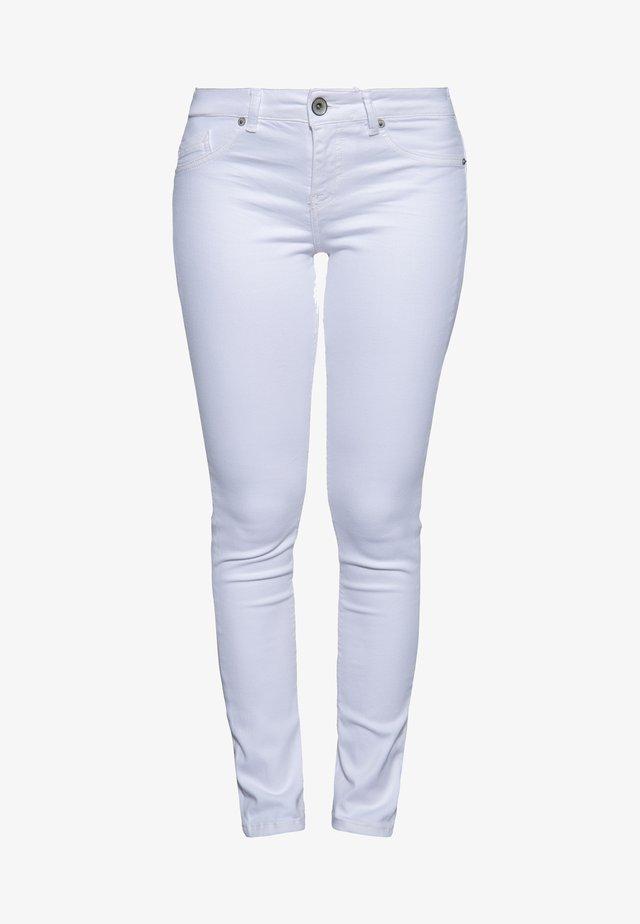 MIT PASSENNAH - Slim fit jeans - weiß