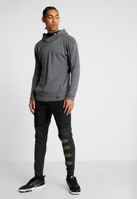 Nike Performance - Jersey con capucha - iron grey/black - 1