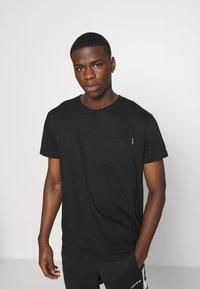 Night Addict - REFLECT - T-shirt med print - black - 2