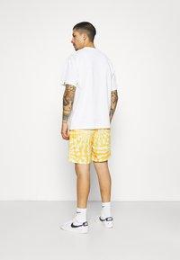 Vintage Supply - WITH RETRO SUN RAYS PRINT UNISEX - Shorts - yellow - 4