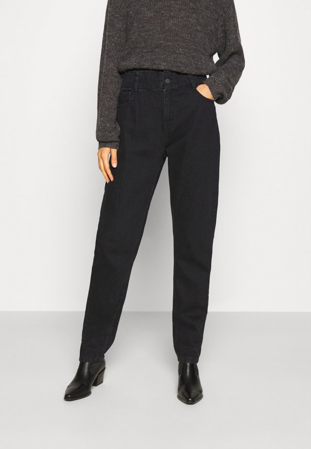NMISABEL PAPERBAG MOM  - Relaxed fit jeans - black denim