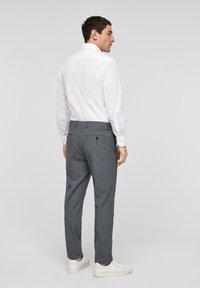 s.Oliver BLACK LABEL - Pantaloni eleganti - dark blue check - 2