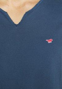 Mustang - AARON SERAFINO - Jednoduché triko - ensigne blue - 5