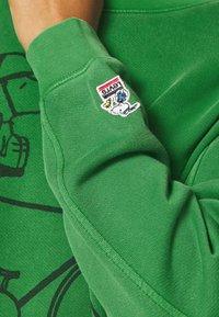 Levi's® - LEVI'S X PEANUTS UNBASIC CREW SWEATSHIRT - Sweatshirt - green - 5