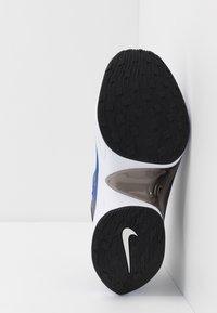 Nike Sportswear - SIGNAL D/MS/X - Zapatillas - particle grey/white/racer blue/black - 4