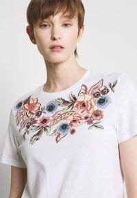 ONLY - ONLCORNELIA LIFE BOX - Print T-shirt - white - 3
