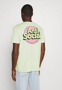 YOURTURN - UNISEX ANTI SOCIA - T-shirt print - light green - 2