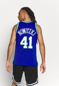 Mitchell & Ness - NBA DALLAS MAVERICKS DIRK NOWITZKI SWINGMAN - Article de supporter - royal - 2