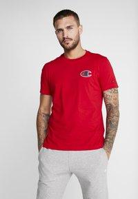 Champion - CREWNECK - Print T-shirt - red - 0