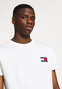 Tommy Jeans - BADGE TEE - T-shirts basic - white - 4