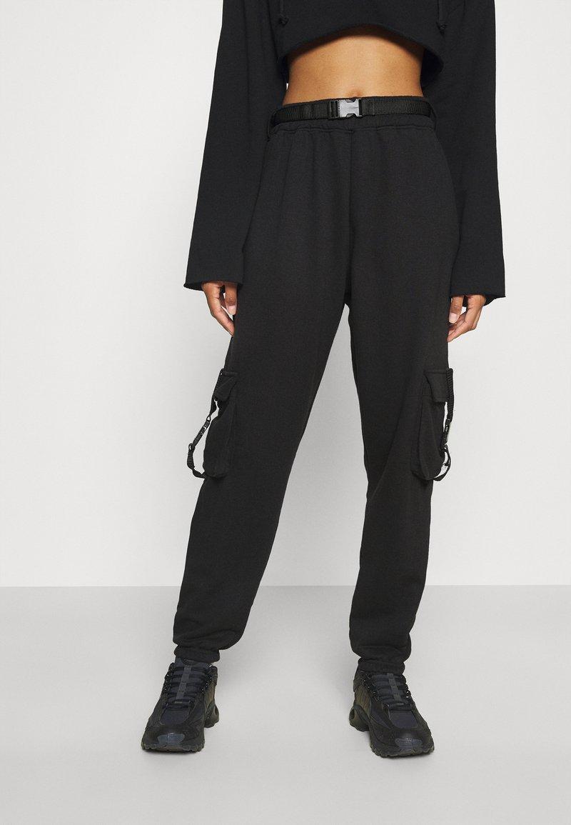 Missguided - SEAT BELT TROUSER - Verryttelyhousut - black