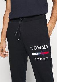 Tommy Hilfiger - GRAPHIC PANT CUFFED - Pantalon de survêtement - blue - 5
