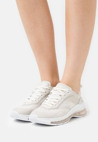Tommy Hilfiger - CITY AIR RUNNER MIX - Trainers - white - 0