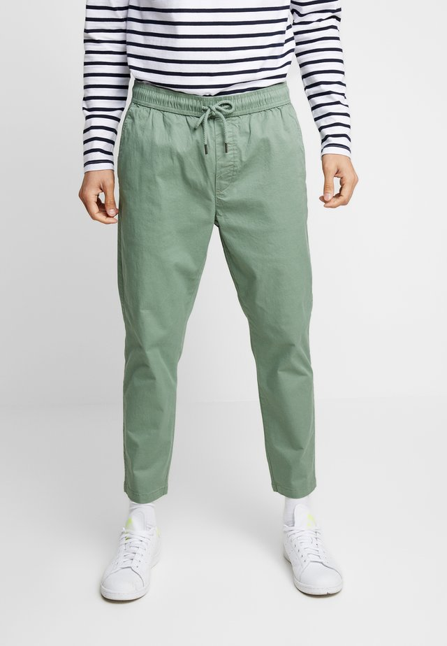 TRUC CROPPED - Pantalon classique - hedge gree