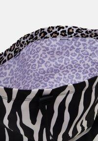 Converse - TOTE - Bolso shopping - zebra leopard/star - 2