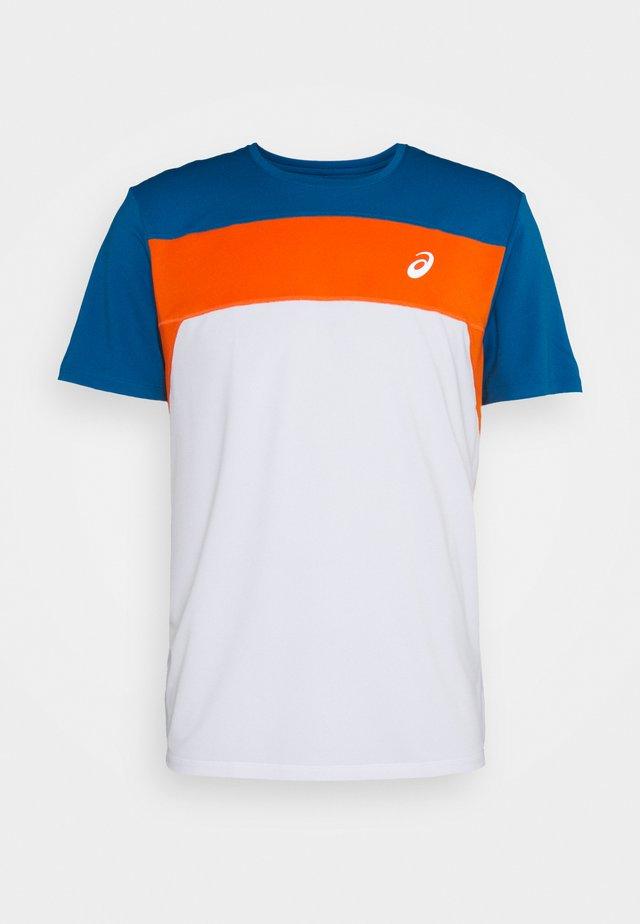 RACE - Print T-shirt - brilliant white/reborn blue