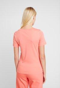 Mos Mosh - MOST TEE - Print T-shirt - sugar coral - 2