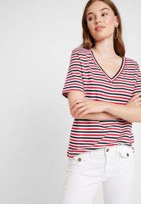 Selected Femme - SLFSTANDARD V NECK - Print T-shirt - toreador/night sky/primrose - 0