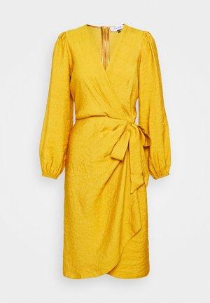 PLEATED WRAP DRESS - Korte jurk - mustard