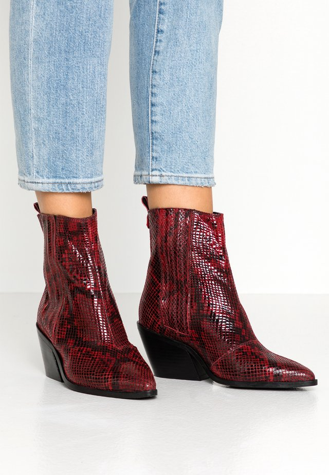 Cowboy/biker ankle boot - burgundy