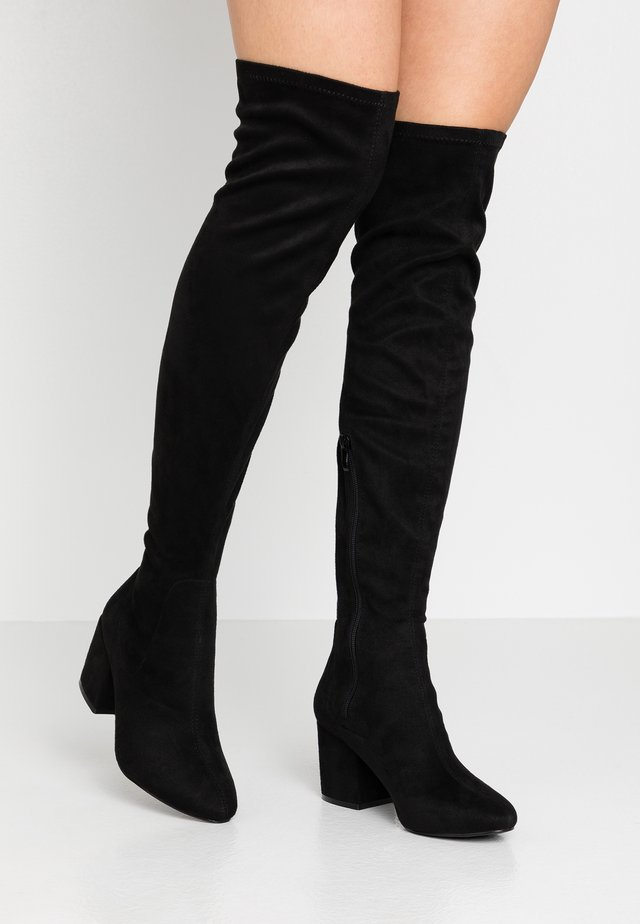 WIDE FIT KOLA - Botas mosqueteras - black suede