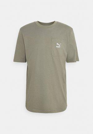 CLASSICS POCKET TEE - Basic T-shirt - vetiver