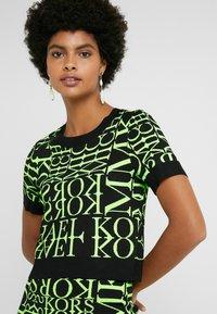 MICHAEL Michael Kors - PATTERN CREW - Camiseta estampada - black/neon yellow - 4