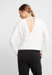 Nike Performance - YOGA WRAP COVERUP - Sudadera - summit white/platinum tint - 2