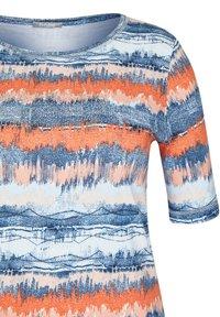 Rabe 1920 - MIT GESTREIFTEM BATIKDRUCK UND STRASS-STEINEN - Print T-shirt - blau - 2