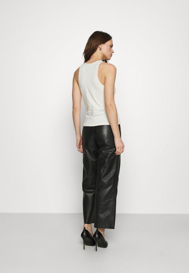 PRESLEY PANTS - Pantaloni di pelle - black
