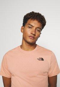 The North Face - REDBOX TEE   - Print T-shirt - pinkclay - 3