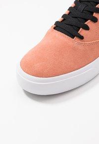 Nike SB - CHARGE UNISEX - Sneakers laag - terra blush/black - 5