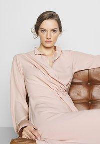 Victoria Victoria Beckham - DRAPED FLUID CADY MINI DRESS - Denní šaty - petal pink - 6