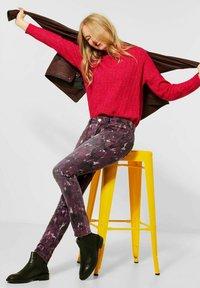 Street One - MIT BATIK-OPTIK - Slim fit jeans - rot - 2
