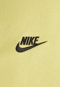 Nike Sportswear - TEE PREMIUM ESSENTIAL - T-shirt basic - saturn gold/black - 2